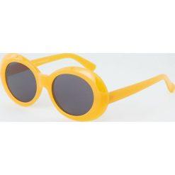 Owalne okulary przeciwsłoneczne z tworzywa. Brązowe okulary przeciwsłoneczne damskie marki Pull&Bear, owalne. Za 49,90 zł.