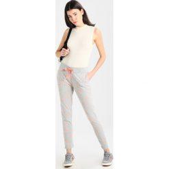 Juvia PLANET AND STAR  Spodnie treningowe grey melange/neon peach. Szare spodnie dresowe damskie Juvia, xs, z bawełny. W wyprzedaży za 349,30 zł.