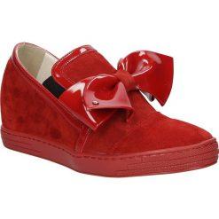 Sneakersy na koturnie z kokardą Casu 1973. Czerwone sneakersy damskie Casu. Za 149,99 zł.