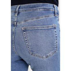 Topshop JAMIE NEW Jeans Skinny Fit middenim. Niebieskie jeansy damskie marki Topshop. Za 229,00 zł.