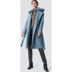 NA-KD Trend Płaszcz z kołnierzem ze sztucznego futra - Blue. Niebieskie płaszcze damskie z futerkiem NA-KD Trend, w paski. Za 445,95 zł.