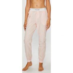 Calvin Klein Underwear - Spodnie piżamowe. Różowe piżamy damskie marki Calvin Klein Underwear, l, z dzianiny. Za 179,90 zł.