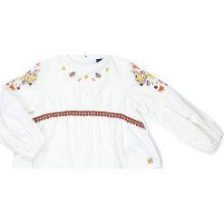 Bluzka w kolorze białym. Białe bluzki dziewczęce bawełniane Street Monkey, z haftami, z dekoltem na plecach. W wyprzedaży za 72,95 zł.