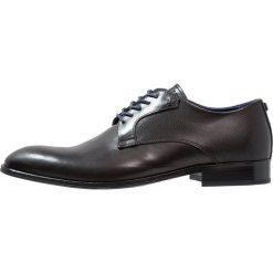 Azzaro HESPAL Eleganckie buty noir. Czarne buty wizytowe męskie Azzaro, z materiału, na sznurówki. W wyprzedaży za 741,75 zł.