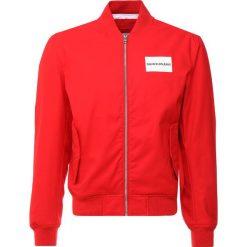 Calvin Klein Jeans INSTITUTIONAL LOGO  Kurtka Bomber red. Czerwone kurtki męskie bomber Calvin Klein Jeans, m, z bawełny. Za 839,00 zł.