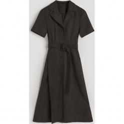 Sukienka midi w prążki - Czarny. Czarne sukienki marki Reserved, l, w prążki, midi. Za 179,99 zł.