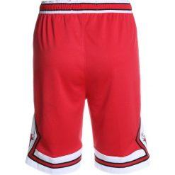 Nike Performance SWINGMAN ICON SHORT  Krótkie spodenki sportowe university red. Czerwone spodenki chłopięce Nike Performance, z materiału, sportowe. Za 159,00 zł.