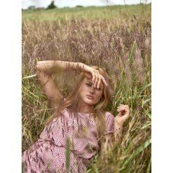 TKANINOWA SUKIENKA DAMSKA Z ODKRYTYMI RAMIONAMI I WIĄZANIEM W PASIE W DROBNĄ KRATKĘ. Brązowe sukienki balowe Top Secret, na jesień, w kratkę, z tkaniny, z odkrytymi ramionami. Za 49,99 zł.