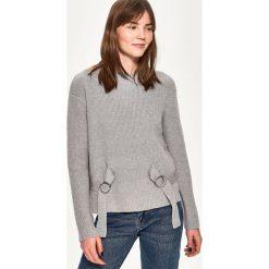 Sweter z wiązaniem - Jasny szar. Białe swetry klasyczne damskie marki Sinsay, l, z napisami. Za 59,99 zł.
