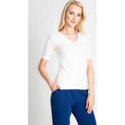 Bluzki damskie: Biała gładka bluzka z dekoltem QUIOSQUE