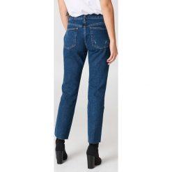 NA-KD Trend Jeansy z panelowymi wstawkami i średnim stanem - Blue. Białe proste jeansy damskie marki NA-KD Trend, z nadrukiem, z jersey, z okrągłym kołnierzem. Za 121,95 zł.
