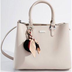 Torba City Bag z pomponem - Szary. Szare torebki klasyczne damskie Mohito, z pomponami. Za 139,99 zł.