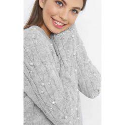 Luźny sweter z perłami. Czarne swetry klasyczne damskie marki Orsay, xs, z bawełny, z dekoltem na plecach. Za 119,99 zł.