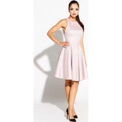 Sukienki: Pudrowa Sukienka Błyszcząca Rozkloszowana z Wycięciem na Plecach