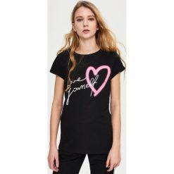 T-shirt z nadrukiem - Czarny. Czerwone t-shirty damskie marki Sinsay, l, z nadrukiem. Za 9,99 zł.
