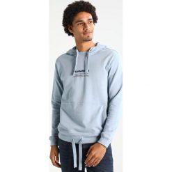 Maharishi MILTYPE Bluza z kapturem ghost blue. Niebieskie bluzy męskie rozpinane Maharishi, l, z bawełny, z kapturem. W wyprzedaży za 743,20 zł.