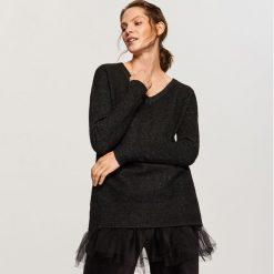 Sweter z tiulową falbanką - Czarny. Czarne swetry klasyczne damskie Reserved, l, z tiulu, z falbankami. Za 99,99 zł.