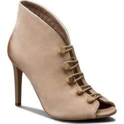 Szpilki CARINII - B3928 504-J16-000-B16. Brązowe buty zimowe damskie Carinii, z nubiku, na obcasie. W wyprzedaży za 259,00 zł.