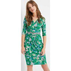 Sukienki: Dopasowana sukienka w kwiaty