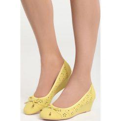 Żółte Koturny Tantalizing. Żółte czółenka marki Kazar, ze skóry, na wysokim obcasie, na obcasie. Za 69,99 zł.