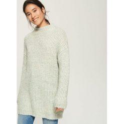 Długi sweter oversize - Wielobarwn. Szare swetry oversize damskie marki Sinsay, l. W wyprzedaży za 39,99 zł.