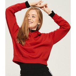 Krótka bluza z kapturem - Czerwony. Białe bluzy z kapturem damskie marki Sinsay, l, z napisami. Za 49,99 zł.