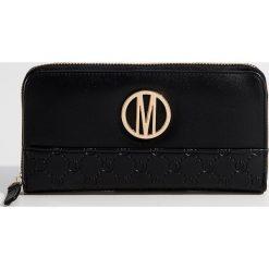 Elegancki portfel z wytłoczonym wzorem - Czarny. Czarne portfele damskie marki Mohito. Za 59,99 zł.