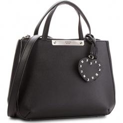 Torebka GUESS - HWPU66 93050 BLA. Czarne torebki klasyczne damskie Guess, z aplikacjami, ze skóry ekologicznej. Za 589,00 zł.