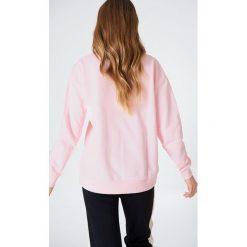NA-KD Basic Bluza basic z dekoltem V - Pink. Różowe bluzy damskie marki NA-KD Basic, prążkowane. Za 100,95 zł.