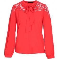 Czerwona Koszula Mysteriously. Czerwone koszule wiązane damskie marki Born2be, l, z tkaniny, dekolt w kształcie v, z długim rękawem. Za 59,99 zł.
