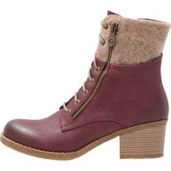 Rieker Botki sznurowane wine/wood. Czerwone buty zimowe damskie marki Rieker, z materiału. W wyprzedaży za 231,20 zł.