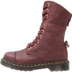 Buty zimowe damskie: Dr. Martens AIMILITA 9 EYE TOE CAP BOOT GRIZZLY Kozaki sznurowane cherry red