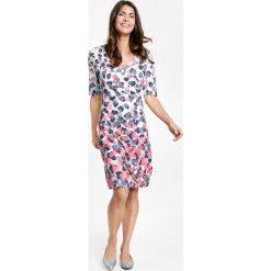 Sukienki hiszpanki: Sukienka w kopertowym stylu