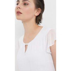 Koszulka z błyszczącym detalem. Białe bluzki nietoperze Orsay, xs, z aplikacjami, z dzianiny, z dekoltem na plecach. Za 69,99 zł.