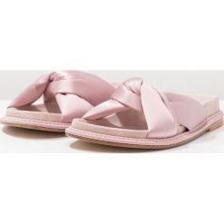 RAS Klapki pink. Białe klapki damskie marki Dstreet, z aplikacjami, eleganckie. W wyprzedaży za 379,50 zł.