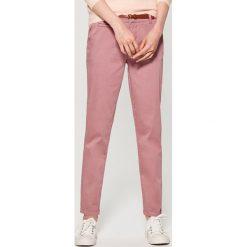 Spodnie Chino z paskiem - Różowy. Czerwone chinosy damskie marki Mohito. Za 89,99 zł.