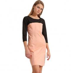 Sukienka w kolorze czarno-koralowym. Czarne sukienki marki Almatrichi, z okrągłym kołnierzem, midi, proste. W wyprzedaży za 159,95 zł.