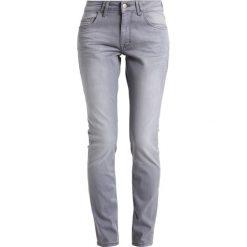 Mustang SISSY SLIM Jeansy Slim Fit super stone bleached. Niebieskie jeansy damskie marki Mustang, z aplikacjami, z bawełny. W wyprzedaży za 233,40 zł.