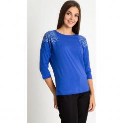 Niebieska bluzka z ozdobnymi ramionami QUIOSQUE. Niebieskie bluzki z odkrytymi ramionami QUIOSQUE, z nadrukiem, z bawełny, biznesowe, z dekoltem w łódkę. W wyprzedaży za 49,99 zł.