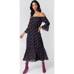 NA-KD Boho Sukienka z odkrytymi ramionami - Black. Czarne sukienki boho marki NA-KD Boho, z nadrukiem, z poliesteru, z falbankami, z krótkim rękawem, midi, z odkrytymi ramionami. W wyprzedaży za 113,58 zł.