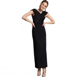 Sukienka w kolorze czarnym. Czarne długie sukienki marki Almatrichi, s, z dekoltem na plecach, proste. W wyprzedaży za 229,95 zł.