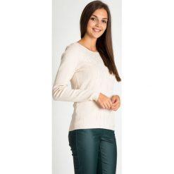 Beżowy sweter z błyszczącymi dżetami QUIOSQUE. Brązowe swetry klasyczne damskie QUIOSQUE, uniwersalny, z jeansu, z klasycznym kołnierzykiem. W wyprzedaży za 119,99 zł.