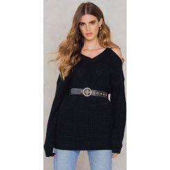 Rut&Circle Sweter z wycięciami na ramionach Luna - Black. Zielone swetry oversize damskie marki Rut&Circle, z dzianiny, z okrągłym kołnierzem. W wyprzedaży za 60,98 zł.