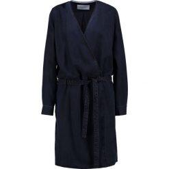 Marc O'Polo DENIM Sukienka jeansowa scarab blue. Niebieskie sukienki marki Marc O'Polo DENIM, s, z denimu, polo. W wyprzedaży za 447,20 zł.