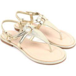 Sandały japonki w kolorze złotym. Żółte klapki damskie Chika 10, ze skóry. W wyprzedaży za 82,95 zł.