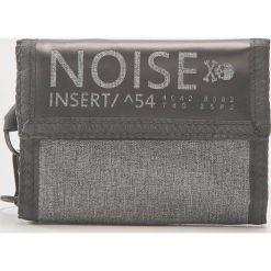 Portfel z napisem noise - Jasny szar. Szare portfele męskie House, z napisami. Za 39,99 zł.