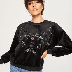 Welurowa bluza z kwiatowym haftem - Czarny. Czarne bluzy damskie Reserved, l, z haftami, z weluru. Za 69,99 zł.