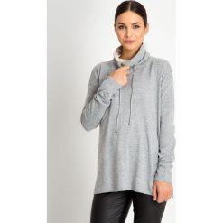 Szary sweter z wysokim kołnierzem QUIOSQUE. Szare swetry klasyczne damskie marki QUIOSQUE, na zimę, z puchu. W wyprzedaży za 69,99 zł.