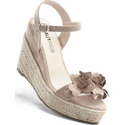 Espadryle na koturnie bonprix beżowo-piaskowy. Brązowe buty ślubne damskie bonprix, na koturnie. Za 99,99 zł.