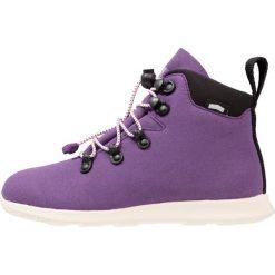 Native APEX JUNIOR Botki sznurowane beetle purple/bone white. Fioletowe buty zimowe damskie Native, z materiału, na sznurówki. W wyprzedaży za 189,50 zł.